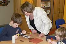 Děti v knihovně tvořily dózy na bonbony ve tvaru zvířátek.