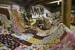 Žirovnický špýchar zdobí barevné patchworkové kousky. Některé jsou i na prodej