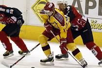 Libor Bezděk (ve žlutém) především v zápasech vyřazovací části prokázal, že z něj roste kvalitní hokejista.