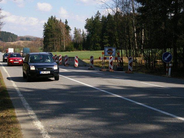 Před Onšovicemi už se objevilo první zúžení, v němž ale ještě dvě auta vedle sebe projedou.