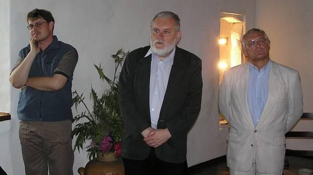 Jan Tomášek (ve prostřed) představuje knihu o Hradě Kámen a jeho posledním majiteli.