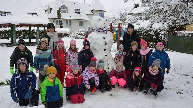 Děti si užívají první sníh