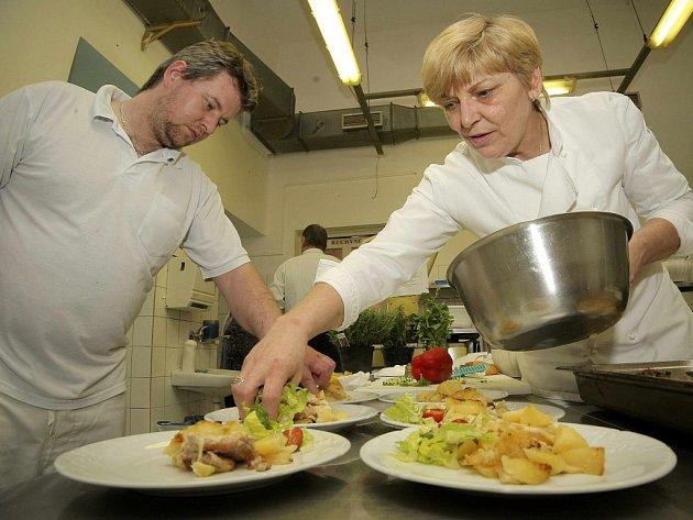 """""""Náš tým je dobře sehraný,"""" říká Ivana Šlechtová, šéfkuchařka Hotelu Slávie."""
