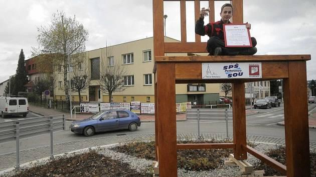 Kruhový objezd zdobí největší židle v Česku.