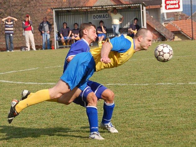 Zápas Pacova s Ústrašínem nabídl především boj. Nejinak tomu bylo i v tomto případě, kdy před hostujícím Martinem Fuxem odvrací míč Jan Grombíř.