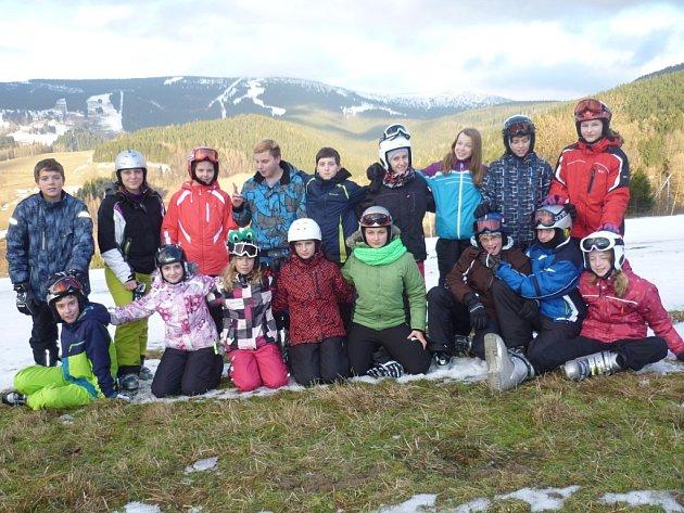 Školáci z Pacova si užívají každý den, kdy mohou v Rokytnici nad Jizerou  lyžovat.