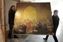 Zásilka s unikátní Slovanskou epopejí dorazila do Pelhřimova ve čtvrtek odpoledne. Pak bylo potřeba rozměrné a docela těžké obrazy vynést do patra Šrejnarovského domu.