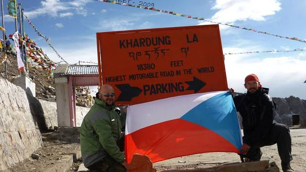 Khardung La - kamarádi Petr Taks (vlevo) a Oldřich Pišan (vpravo) vyjeli na nejvyšší průsmyk pro motorová vozidla na světě na motorkách, Olda předtím dokonce i na kole. Cedule, u které se vyfotili, se nachází ve výšce 18 380 stop nad mořem - 5 606 metrů