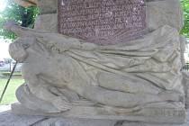 Pomník vytvořil sochař Emanuel Kodet.
