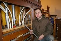 Veselské varhany farnost nechala opravit varhanářem Peterem Nožinou (na snímku), který píšťaly rozebral a vyčistil.