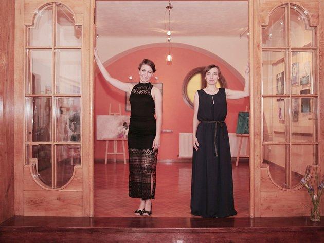 Obě protagonistky výstavy Lenka Pechová (na snímku vlevo) a Veronika Švehlová nemohly na vernisáži chybět. Vzápětí měla výstava první obdivovatele.