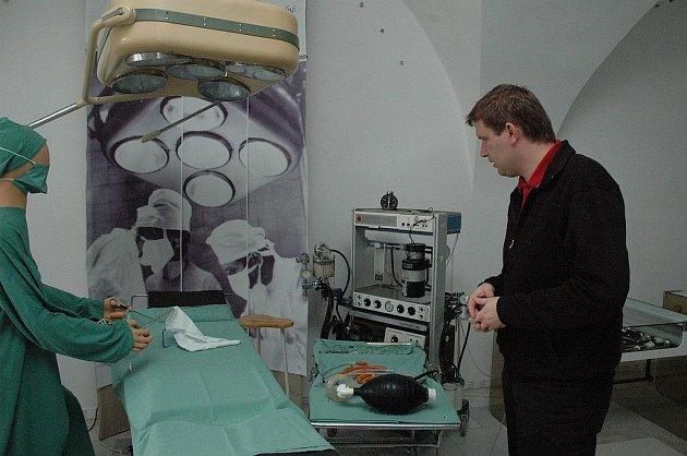 Expozice nazvaná Hippokrates by se divil aneb Historie zdravotnictví v Pelhřimově je působivou procházkou vývojem nástrojů, zařízení a vůbec všeho, co je s medicínou spjato.