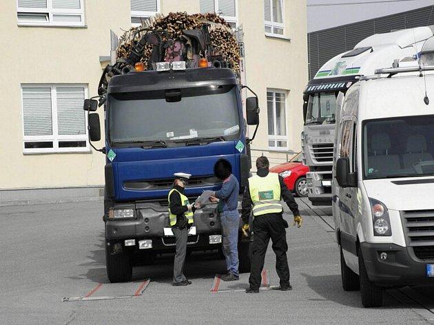Součástí policejních kontrol je i zjišťování celkové hmotnosti a zatížení jednotlivých náprav soupravy.