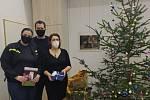 Hasiči předali dárky denním centrům