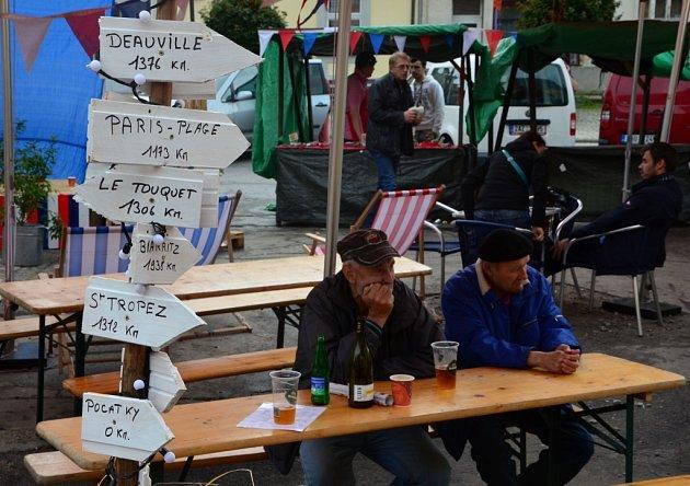 Francii připomínalo celý víkend počátecké náměstí. Druhý ročník francouzských trhů pořadaných místním francouzským bistrem Bistrot de Papa nabídl návštěvníkům opět francouzské výrobky jako jsou francouzská vína, šampaňské, paštiky, sýry a další.