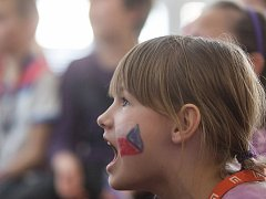 Žáci Základní školy Na Pražské v Pelhřimově fandí při semifinálovém zápase českých hokejistů na olympijských hrách v Koreji.