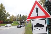 Od letních měsíců upozorňuje řidiče projíždějící pod viaduktem na silnici I/34 v Myslotínské ulici na možná nebezpečí dopravní značení.