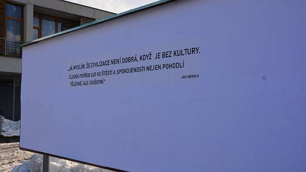Na výlepových plochách v Humpolci se objevily citáty