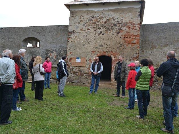 Netradiční prohlídku mohou zažít všichni ti, kteří v sobotu večer navštíví zámek v  Červené Řečici. Večer zdi  renesančního zámku pevnostního typu ozáří jen plameny svíček.