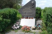 U pomníku Alexandera Dubčeka i v současné době svítí svíce a leží vzpomínkové věnce.