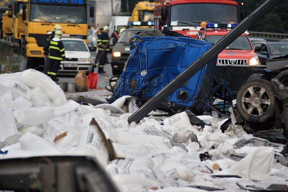 Hromadná nehoda tří kamiónů a pěti osobních aut zablokovala v úterý před devatenáctou hodinou dálnici D1.