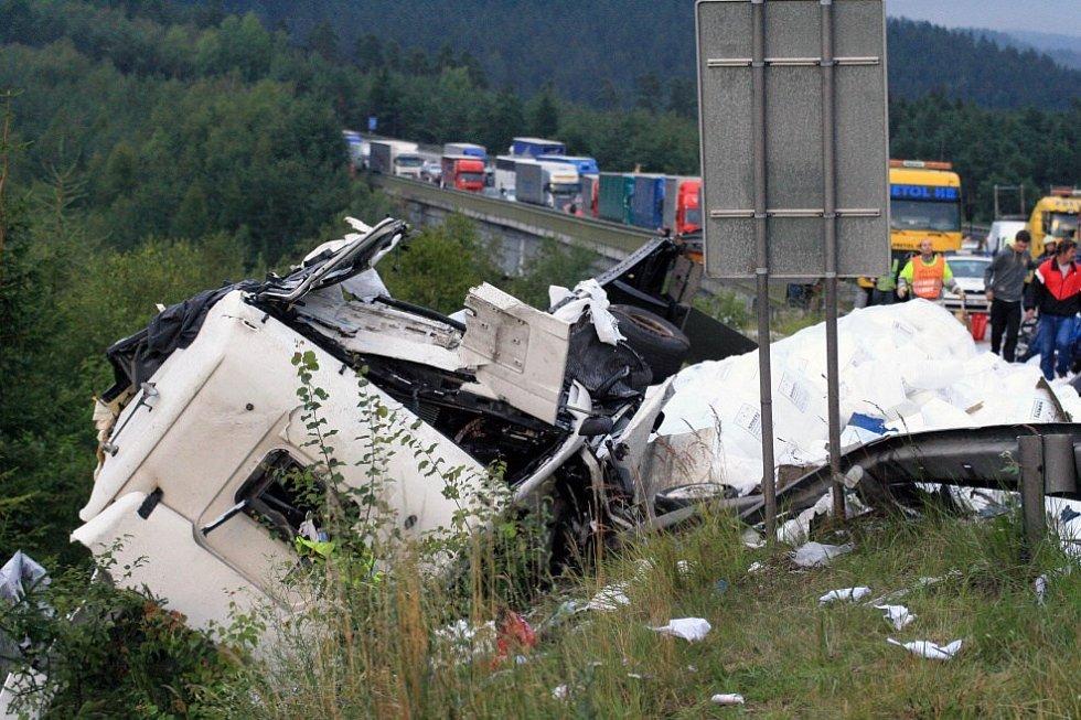 Ve dvou nákladních automobilech byly usmrceny dvě osoby.