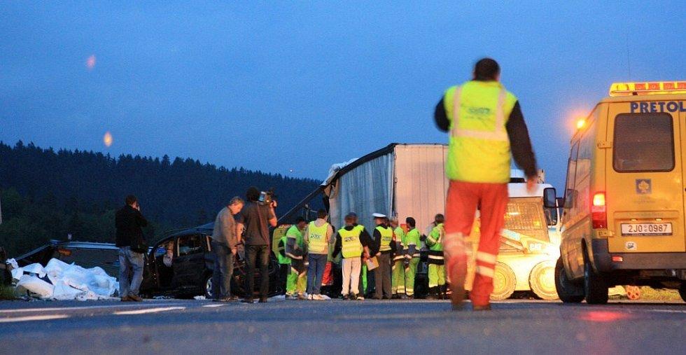 Dálnice byla ve směru na Prahu zcela uzavřena. Dopravu odkláněli policisté na 90. kilometru u Humpolce.