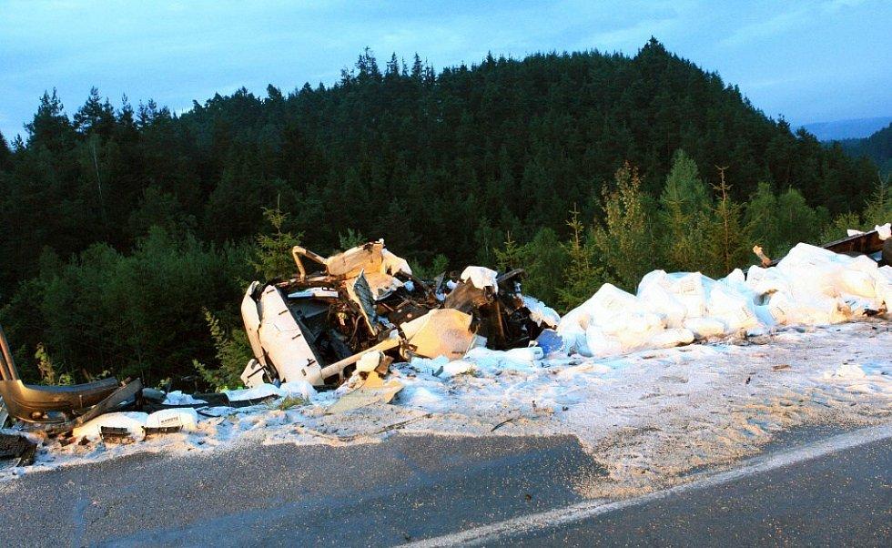 """Samotné místo nehody? Masakr. Jeden kamion """"uklizený"""" ve stráni, po dálnici se válela spousta bílých kuliček, polypropylenu ze Slovnaftu Bratislava. Ten se vysypal z jednoho z havarovaných vozů."""