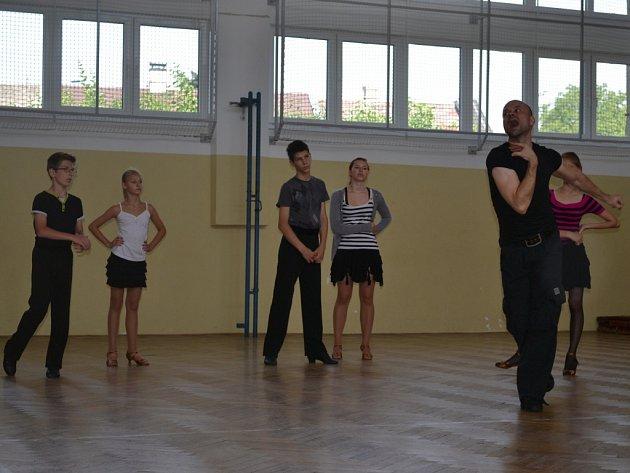 V Pelhřimově na letní škole tance učil Jaroslav Kuneš (na snímku zcela vpravo) žáky latinskoamerické tance.
