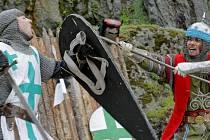 V sobotu večer se z hradu Kámen ozývalo řinčení středověkých zbraní.