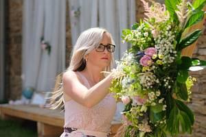 Kromě učení na základní umělecké škole se Irena Dandová věnuje zdobení svateb.