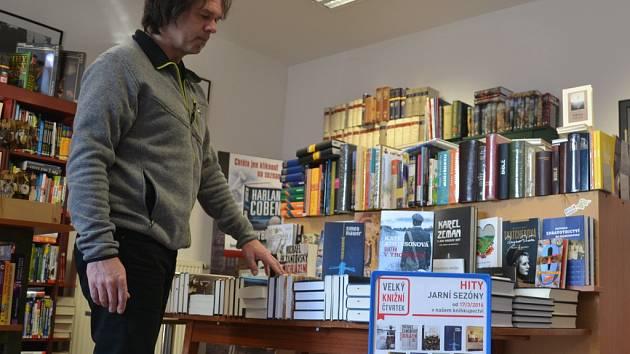 Velký knižní čtvrtek přinesl i do humpoleckého Knihkupectví Jana Zábrany čtrnáct knižních titulů, které jsou hitem jarní sezony.