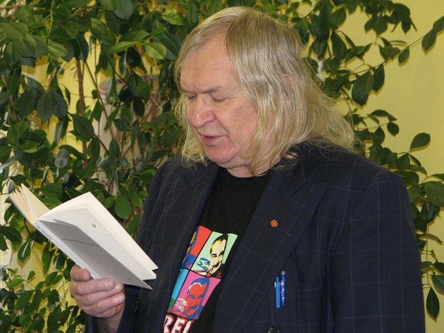 Ivan Martin Jirous na podzim 2009 četl  ze svých knih humpoleckým studentům.