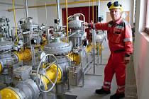 Technik společnosti u plynové stanice.
