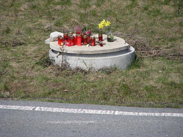 Místo smrtelené nehody se proměnilo v pietní místo plné svíček