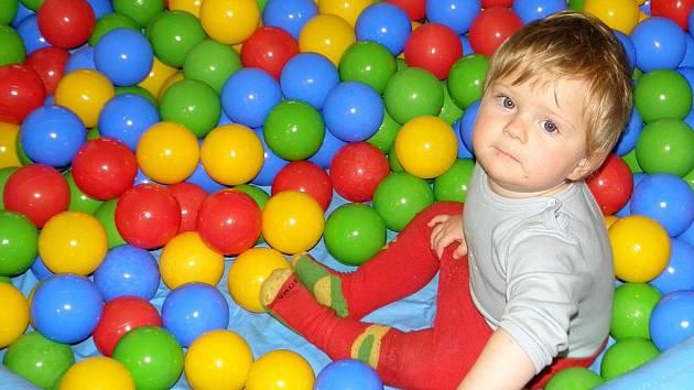 Děti v obrataňské Berušce si mohou pohrát i v bazénku plném barevných kuliček.