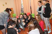 V úterý odpoledne se účastnice pelhřimovského základního kola soutěže Dívka roku sešly v domě dětí a mládeže, kde si každá vylosovala i své soutěžní číslo.