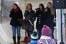 Právě zpívají (zleva) Ivana Holzbauerová, Lenka Vaněčková, Iveta Smejkalová a Martina Boháčková. Chybí Jana Vondrů.