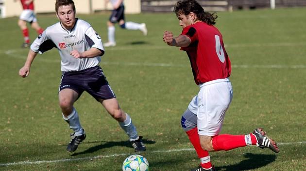 Důležité vítězství vybojovali fotbalisté Speřic (na snímku vpravo je Martin Pohan). Radost mohou mít i z toho, že se úspěšně popasovali s nepříznivým vývojem zápasu.