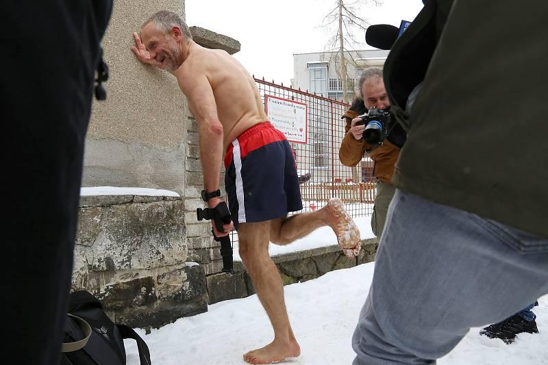 Josef Šálek uběhl v neděli 17. ledna v Pelhřimově půlmaraton za 1 hodinu 36 minut a 21 vteřin. Běžel bos, po souvislé vrstvě sněhu a pouze v šortkách.