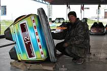I vozidla z autodromu občas potřebují údržbu. Na snímku Antonín Němeček.