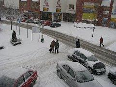 Sníh způsobuje komplikace nejen řidičům, ale i chodcům