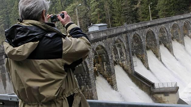 Na pozadí hráze se fotí turisté i svatebčané. Řada lidí si tu také dokumentovala velkou vodu na jaře 2009.