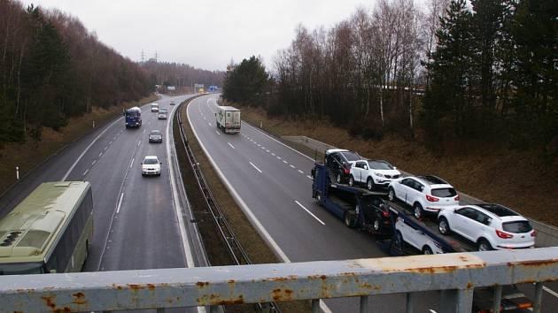 Most přes D1 u Hněvkovic.