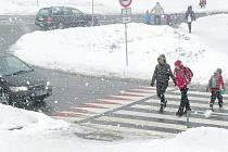 Nevypadá zákeřně, nebezpečný je. Řidiči si musí dávat na přechod v pelhřimovské Třídě Legií plný spěchajících školáků pozor. Děti si navíc hned u něho vytvořily nebezpečnou skluzavku.
