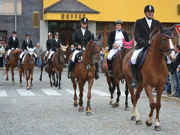 Loňský slavnostní průvod jezdců městem u příležitosti finále Zlaté podkovy.