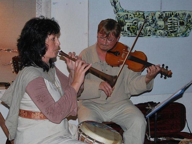 Zdmi hradu Kámen se v sobotu rozléhala dobová muzika.