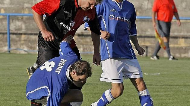 Lukáš Staněk (nahoře vlevo) se tentokrát střelecky neprosadil, ale po faulu na něj kopal Humpolec penaltu.