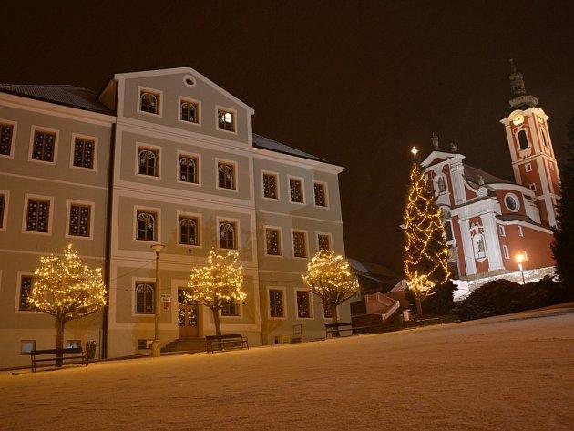 Pacovské náměstí o vánocích jen září.