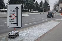 Značení v humpolecké ulici Kamarytova upozorňuje na uzavírku mezi Budíkovem a Kejžlicí.